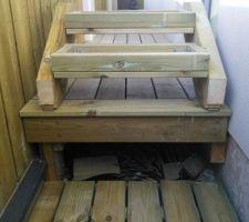 L'escalier se soulève pour stocker des choses sous la terrasse.