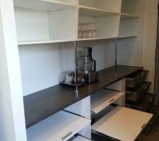 Aménagement du grand placard de la cuisine, étagère coulissante