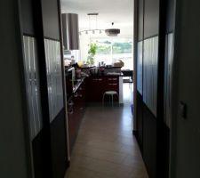 Aménagement du grand placard de la cuisine, vu avec les portes