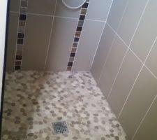 galet de la douche avec la faience