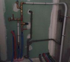 tuyaux pour ballon d eau chaude sanitaire dans le garage reste a faire la chape au sol pour couvrir les tuyaux