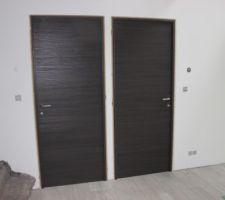 Pose des portes intérieures en pose fin de chantier (reste les habillages)