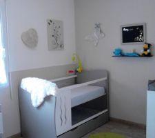 Chambre de bébé garçon (mixte) peinture en deux partie lin en bas et blanc en haut avec stikers fais main