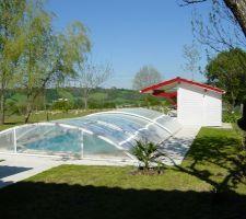 le local technique est peint l abri est en place sur la piscine