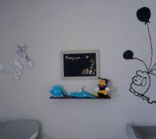 chambre de bebe garcon mixte peinture en deux partie lin en bas et blanc en haut avec stikers fais main