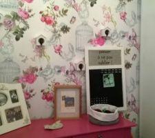 ambiance boudoir pour l entree de la maison creee autour du lustre a pampille de ma grand mere