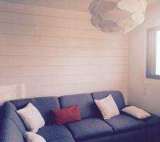 Pose de lambris sur un des murs du coin Salon.  Lambris Leroy Merlin  Canapé Conforama  Coussins Ventes Privées et Hémisphère Sud Suspension IKea