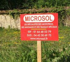 10/05/15 : L'entreprise qui va mettre les micro-pieux sur nos terrains est venue planter son panneau juste à côté de notre panneau de PC, VIP.