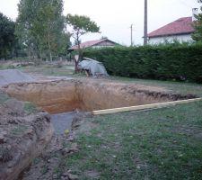 le trou est pret a recevoir la coque ainsi que la tranchee pour eau et electricite a destination du local technique
