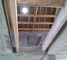 """Toit monopente du grenier, charpente et ardoise et enfin """"fenêtre"""" du puit de lumière de la mezzanine"""