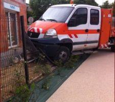 Un camion termine sa course dans les clôtures d'un voisin