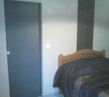 Porte coulissante séparant la chambre du dressing