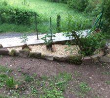 creation de plate bande fleurie en authentiques pierres degringolees du chateau