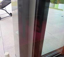 Détail d'un des 2 poteaux devant baie vitrée.