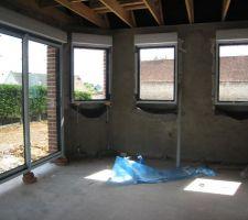 vue interieure du montage des 3 fenetres et de la baie vitree de la cuisine