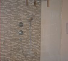 Douche italienne 140 / 100 avec ensemble thermostatique encastrée, tête de douche 420 air. Paroi de douche fixe ouverte sur les deux cotés 140 cm