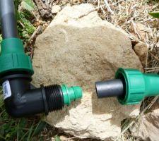 Mise en place du goutte à goutte dans le potager Etape 2: Mise en place: ici raccord d'un coude 90° du tuyau d'alimentation