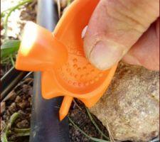 Mise en place du goutte à goutte dans le potager Etape 2: Mise en place: raccord tuyau d'alimentation - tuyau capillaire - perçage du tuyau d'alimentation avec ce super outil bien pratique!