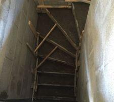 Escaliers du sous sol termines!
