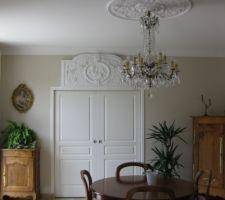 decoration au dessus de la porte a galandage qui separe la cuisine