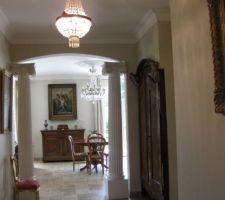 mise en place de deux colonnes pour la decoration et vielle armoire transforme pour faire la penderie entree