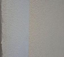 A gauche l'enduit avec la fibre pour cacher les plaques et à droite l'enduit final. Pas épais épais :(