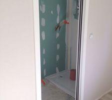 Pose du bac de douche dans la salle d'eau de notre chambre