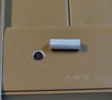 Repercer le trou de 8 mm côté de la barre alu à 12 mm pour inserrer une douille faite dans une barre alu de 12 mm de diamètre et 8 mm intérieure