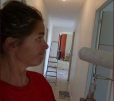Couloir 2.0 en cours - leçon à retenir: ne JAMAIS peindre un couloir avec une peinture mat lorsque vous avez des enfants....sauf si vous êtes un/e fana de peinture et aimez prendre le rouleau tous les 6 mois...