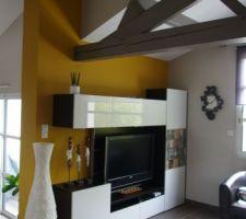 le mur du salon repeint en jaune miel le orange ne plaisait plus a madame
