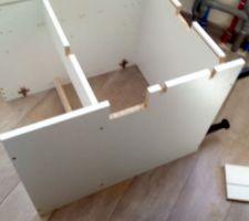 Les meubles Brico Dépot peuvent parfois souffrir pour s'adapter. Ici le meuble sous évier.