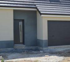 vue facade avant zoom porte d entree et garage