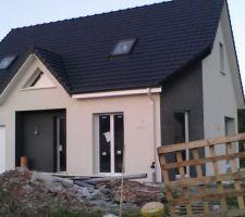 Gouttiere en alu noir et descente en pvc beige pour se fondre avec la couleur de la maison