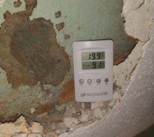 C'est humide entre la cloison de brique platrière et le mur de la chambre...