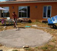ZE piscine - on prépare le terrain: d'abord débroussaillage, puis une bonne couche de sable pour niveler le terrain... P.S.: on voit sur la maison l'ombre que projette le débord de toit à 14h de l'après-midi ;-)