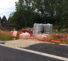 09 06 15 encore du matos pour les micropieux et mise en place filets barrieres orange