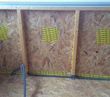 Atelier laine de bois en vrac. Pose des patchs pour fermer les trous d'insuflation.