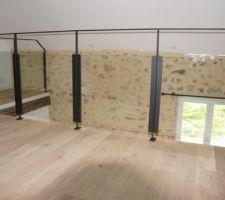 Une photo de ce que sera le garde corps de la mezzanine et du dégagement à l'étage :métal et verre