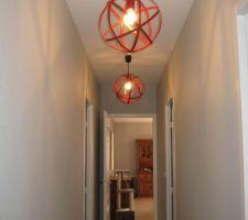 pose des lustres dans le couloir enfin une touche de couleur il ne manque plus que quelques tableaux