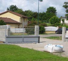 installation du portail le gris n est pas definitif a l automne il sera repeint en blanc casse tout comme les grilles de securite aux fenetres et les grilles qui iront de part et d autre du portail sur la murette