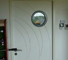 nous avons pose un hublot bleu marine de chez casto couleur des murs de la cuisine sur la porte du cellier pour donner de la lumiere