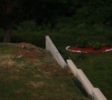 mur de retenu de terre au fond de notre jardin en limite de propriete