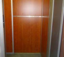 L'intérieur de l'ascenseur