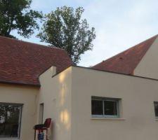 Aujourd'hui pose des couvertines en acier laqué sur le toit terrasse