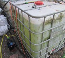 2 cuves de 1000 litres, avec une pompe de surface.