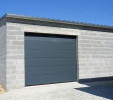 porte de garage de l atelier identique a celle du garage