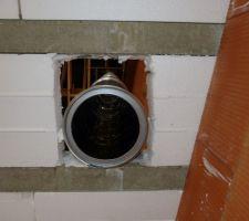 Départ du conduit de cheminée Pouloulat dans le plafond du rez-de-chaussée