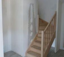 escalier avec le coffrage pour les placards