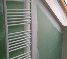 mise en place du seche serviette dans la salle de bain de l etage