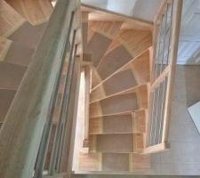 Escalier brut avec cache de protection le temps qu'il n'est pas vitrifié.